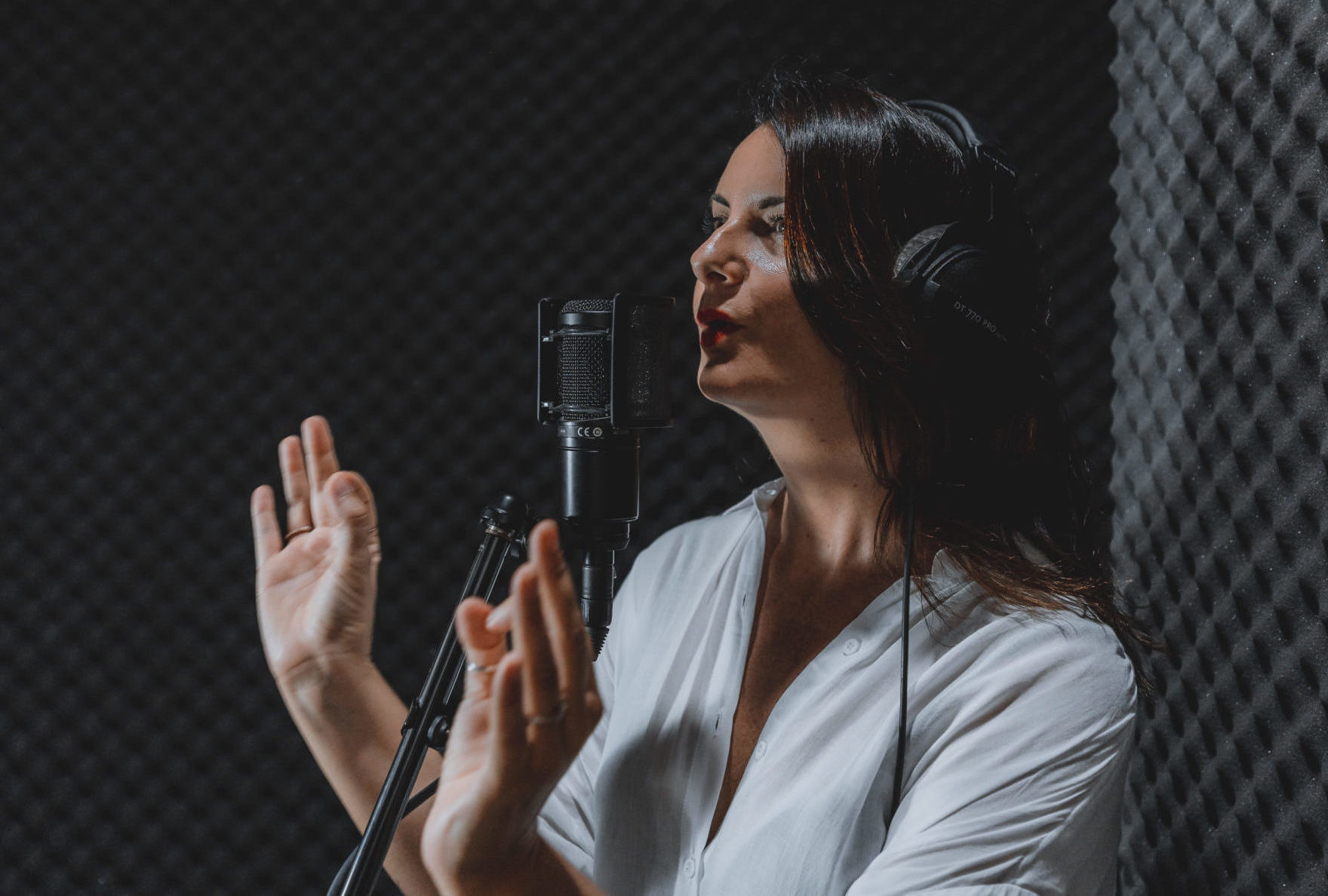 A multilingual Spanish female voice over acting